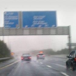 Alarm powodziowy dla południa i wschodu kraju. Zalane drogi. Nie kursują pociągi