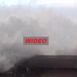Clare: Obserwowali sztorm, gdy nagle fala wdarła im się do auta