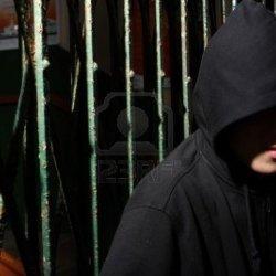 Radny wzywa do zakazu nakładania kapturów na głowę