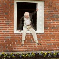 100 latek, który wyskoczył przez okno i zniknął