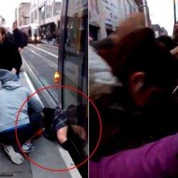Pasażerowie uwalniają kobietę spod tramwaju