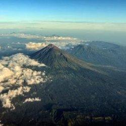60 tys. turystów uwięzionych na Bali z powodu wulkanu