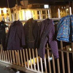 Dublińczycy wieszają kurtki na moście i pomagają bezdomnym