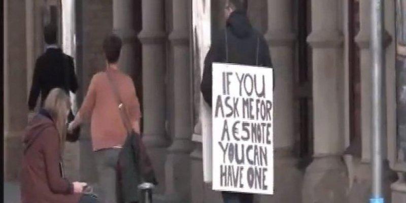 W dniu rozdawania gotówki poprosiłbyś nieznajomego o 5 euro?