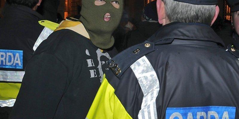 Garda w porannych nalotach w Dublinie aresztowała 21 gangsterów
