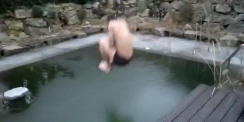 Zobacz jak niemądry Niemiec skacze do zamarzniętego basenu