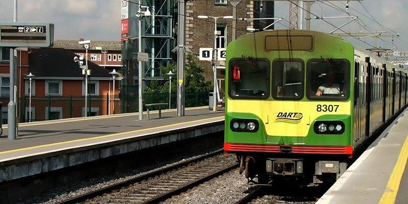 Młoda kobieta straciła obie ręce w wypadku na stacji DARTa w Dublinie