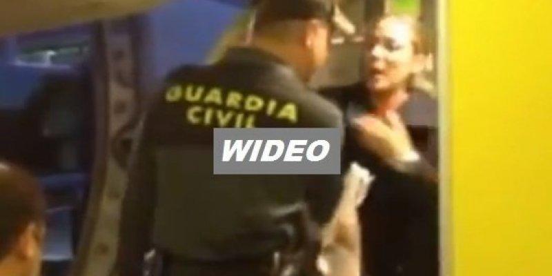 Została wyrzucona z samolotu Ryanaira przez policję, bo miała za duży bagaż podręczny
