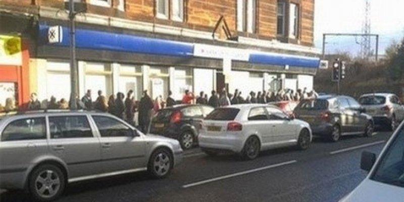 Gigantyczna kolejka do bankomatu, który wypłacał podwójnie