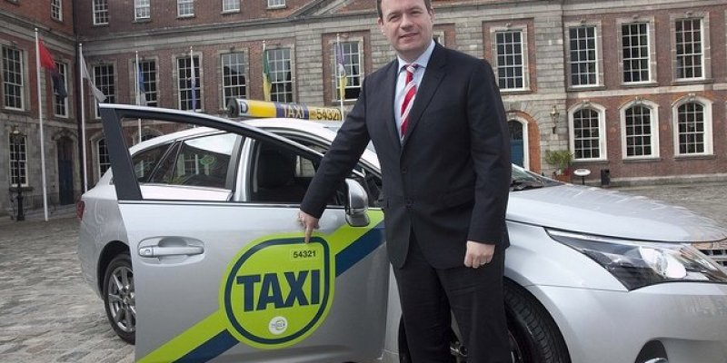 Minister chce kamer w taksówkach