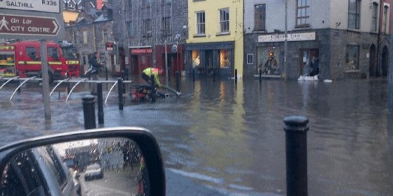 Opady: Galway zalane. Wiatr: Trawa z Aviva Stadium zasypała stację Darta