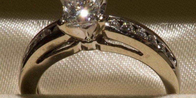 Jeśli zgubiłaś swój pierścionejk zaręczynowy to wiedz, że znaleźli go w LIDLu