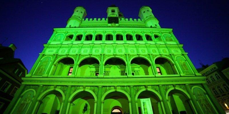 Poznań jako jedyne miasto w Polsce świeci na zielono
