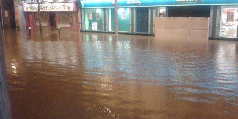 Powodzie i zalane drogi w całej Irlandii