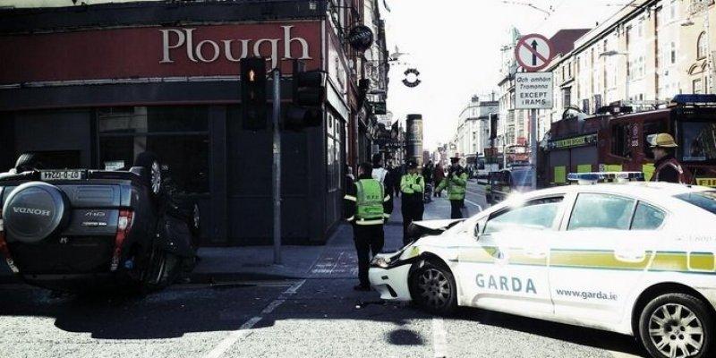 Wypadek oznakowanego samochodu Gadry w centrum Dublina. Drugi pojazd dachował
