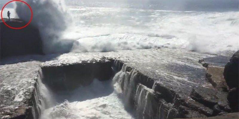 Turystka zmieciona przez ogromną falę z klifu