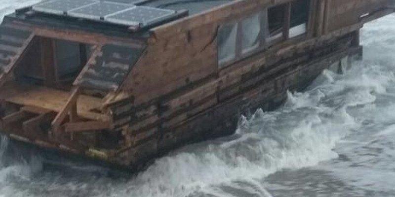Barka wyrzucona na irlandzką plażę