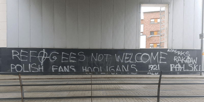 Obraźliwe polskie graffiti wymierzone w imigrantów