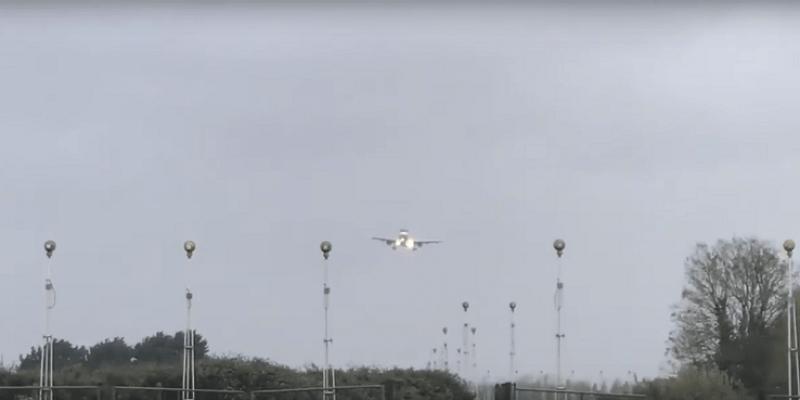 Samolot do Dublina lądował w czasie huraganu