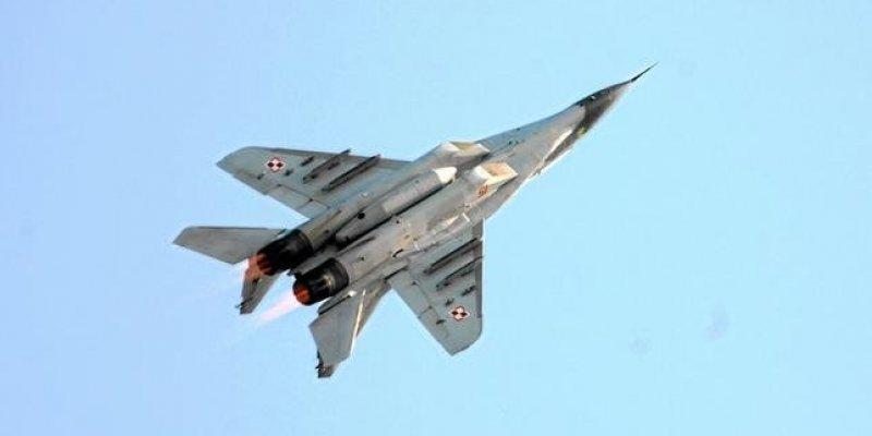 Wojskowy samolot rozbił się obok trasy Siedlce - Warszawa