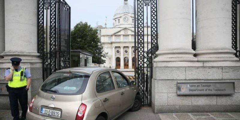 Kobieta wjechała w bramę budynku irlandzkiego rządu