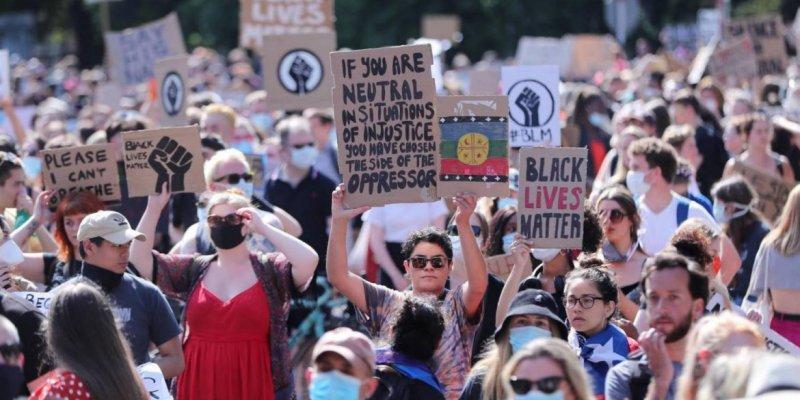 Protest w centrum Dublina przed ambasadą USA