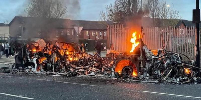 Podczas zamieszek w Belfaście uprowadzono i spalono autobus
