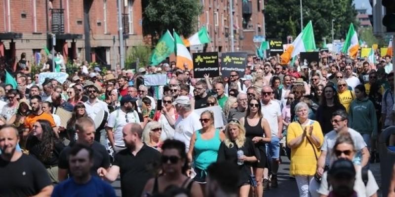 Protesty w Dublinie przeciw przepustkom covidowym