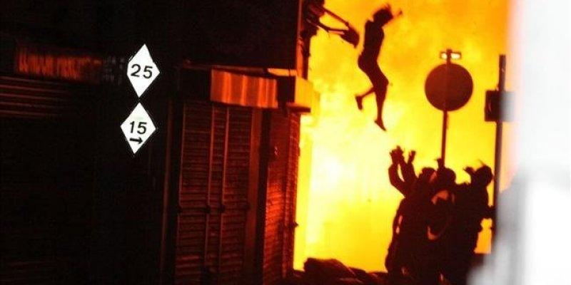 Polka wyskoczyła z płonącego budynku.